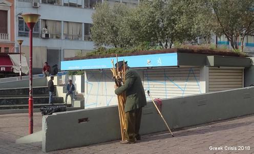 Atene, 2018: gli anziani costretti ai lavoretti più strani per sopravvivere